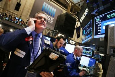 Dow Jones tăng hơn 400 điểm, dầu Brent vượt ngưỡng 83 USD