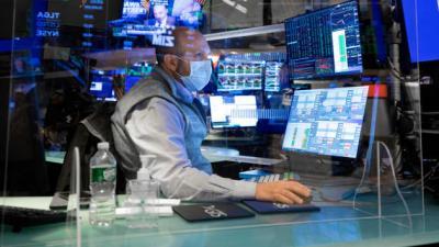 Dow Jones giảm hơn 400 điểm, Nasdaq sụt 2%